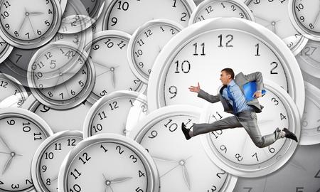 Het concept van de tijd met grappige zakenman loopt in een haast
