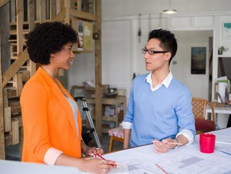 reunion de trabajo: Dos desingers que trabajan juntos en un proyecto en la oficina
