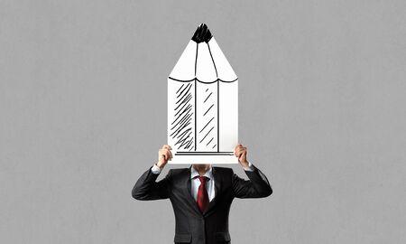 lapiz y papel: De negocios que oculta su cara detr�s de la hoja de papel l�piz