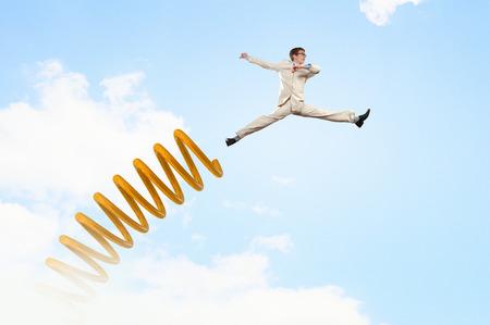 Zakenman springen op springplank als begrip vooruitgang Stockfoto