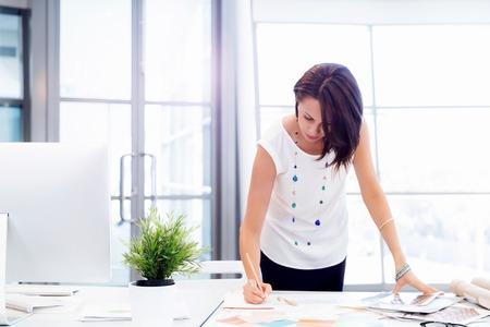 Modern üzletasszony az irodában Stock fotó