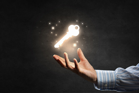 hombre de negocios: Cierre de negocios mano que muestra la clave del éxito