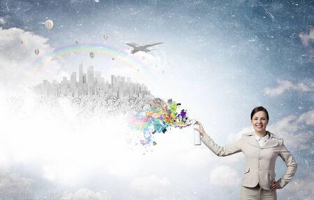 üzlet: Fiatal üzletasszony permetezés színes festék léggömb