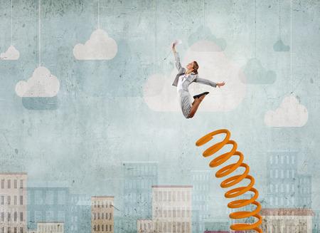 Geschäftsfrau Springen auf Sprungbrett, wie Fortschritte Konzept
