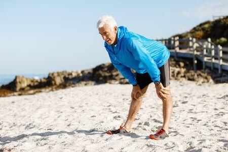 hombre deportista: Hombre hermoso del atleta cansado después de largo plazo Foto de archivo
