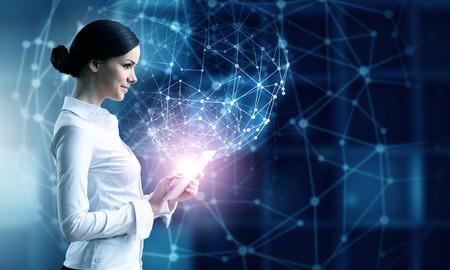 Zakenvrouw met tablet pc tegen high tech blauwe achtergrond