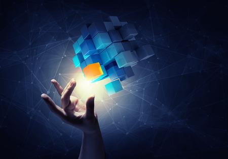 Zakenvrouw aanraking van de hand kubus als symbool van het oplossen van problemen