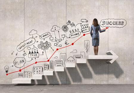 erfolg: Geschäftsfrau Zeichnung Strategieplan über Leiter zum Erfolg führen Lizenzfreie Bilder