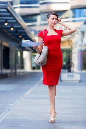 Ritratto di donna bella business in abito rosso