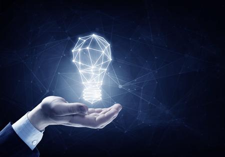 connexion: Mains de gens d'affaires, tenue, illuminé signe ampoule