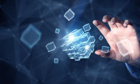 Geschäftsfrau Hand Touch Cube als Symbol der Problemlösung Standard-Bild - 50230734