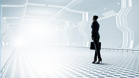 tunel: Empresaria de pie en la sala virtual de túnel diseñado