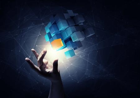 개념: 문제 해결의 상징으로 사업가 손 터치 큐브