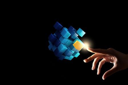 Geschäftsfrau Hand berühren Würfel als Symbol der Problemlösung