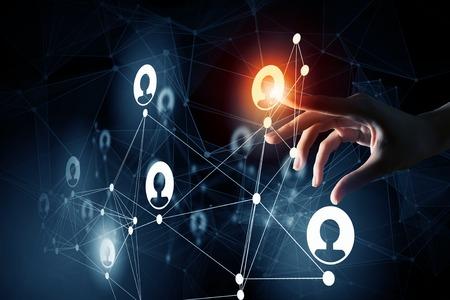 Close up der Geschäftsfrau mit Finger-Netzwerk-Konzept auf dem Bildschirm zu berühren