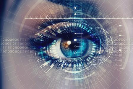 Feche acima do olho da mulher no processo de digitaliza