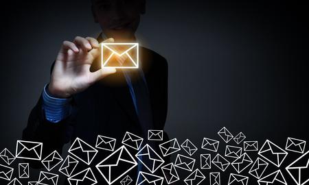 buz�n: Cerrar la vista de hombre de negocios tomando signo de correo electr�nico con los dedos Foto de archivo