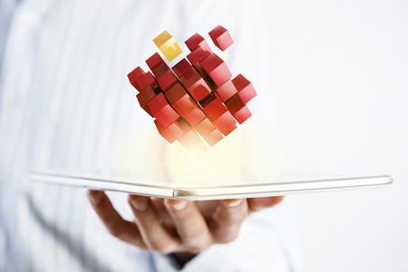Unternehmer, die Tablette und Würfel als Symbol der Problemlösung Standard-Bild - 49817553