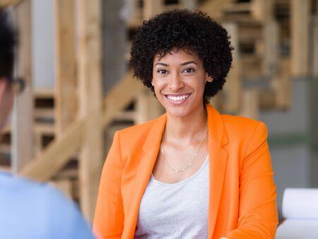 entrevista: Candidato joven que tiene una entrevista con su empleador