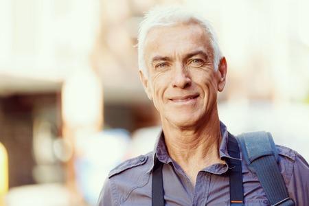 Portrait des stattlichen Mannes im Freien