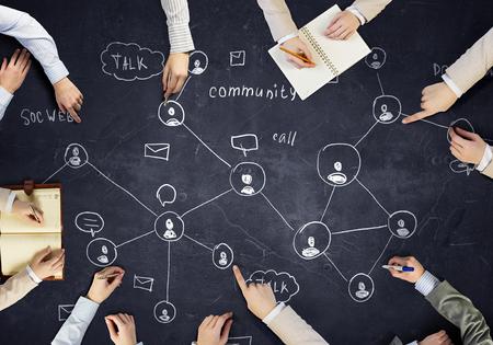 Vista superior de las manos la gente de dibujo estrategia de redes