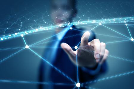apoyo social: Tocar la mano de negocios con los dedos las líneas de conexión digitales en la pantalla virtual