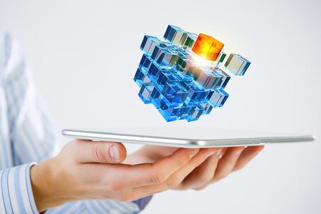 問題解決のシンボルとしてタブレットとキューブを保持している実業家 写真素材 - 50267400