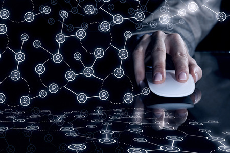 Nahaufnahme Geschäftsmann Hand mit Computer-Maus auf reflektierenden schwarzen Oberfläche und Networking-Konzept auf dunklem Hintergrund