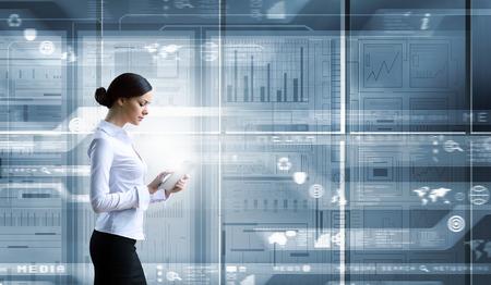 Onderneemster met tabletpc tegen high-tech blauwe achtergrond Stockfoto
