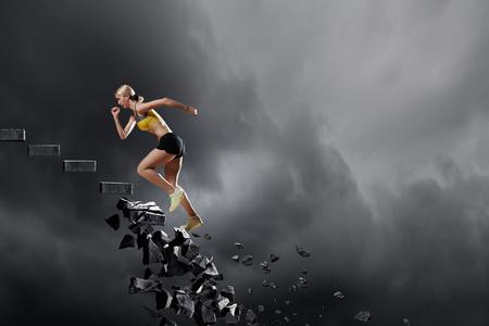 돌 붕괴 사다리에 활성 여자가 실행 스포츠 스톡 콘텐츠