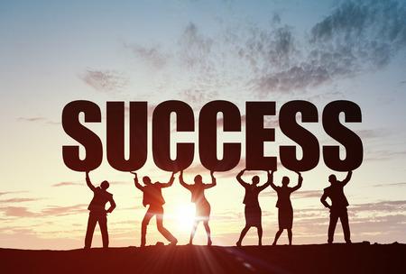Geschäftsleute heben Wort Erfolg Zusammenarbeit Konzept darstellt Standard-Bild - 50267901