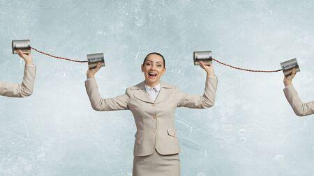 Jolie jeune femme d'affaires fixation étain téléphone à l'oreille