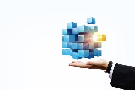 Hand van de zakenman toont kubus als symbool van het oplossen van problemen Stockfoto - 50267826