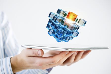 Unternehmer, die Tablette und Würfel als Symbol der Problemlösung