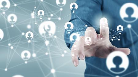 Sluit omhoog van zakenman wat betreft netwerkconcept op het scherm Stockfoto