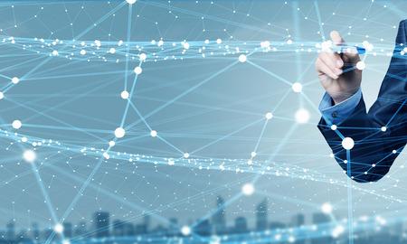 Üzletember kézi rajz digitális csatlakozó vezetékek virtuális képernyőn