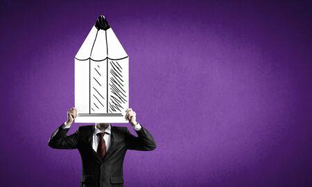 lapiz y papel: De negocios que oculta su cara detrás de la hoja de papel lápiz