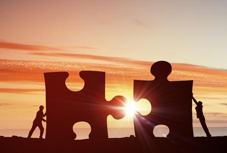 cooperación: La gente de negocios que conectan elementos de rompecabezas que representa el concepto de colaboración