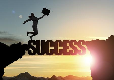 사업가 절벽 위에 성공 단어 다리에서 실행