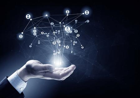 Cierre de negocios que demuestra el concepto de red en la palma Foto de archivo