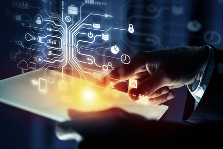 Close-up de empresário que usa a tabuleta que representa o conceito de computação em nuvem