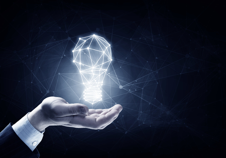 Ręce biznesu osoba posiadająca oświetlone żarówka znak Zdjęcie Seryjne
