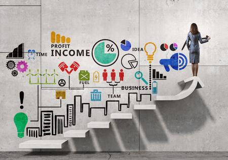 Úspěch: Podnikatelka kreslení strategický plán přes žebřík vedoucí k úspěchu