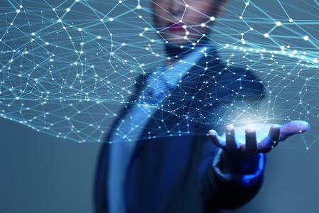 テクノロジー: 実業家の手の手のひらにデジタル接続線を示す