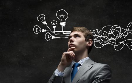 Doordachte zakenman met pijlen en gedachten die uit zijn hoofd