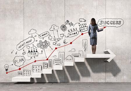 Geschäftsfrau Zeichnung Strategieplan über Leiter zum Erfolg führen Standard-Bild