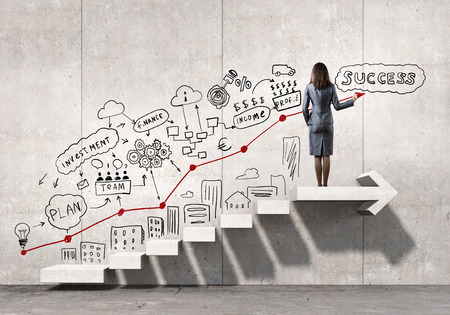 Zakenvrouw tekening strategisch plan op ladder die leidt tot succes