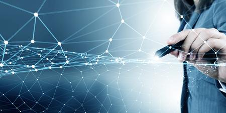 Geschäftsfrau Hand digitale Anschlussleitungen auf virtuellen Bildschirm zeichnen