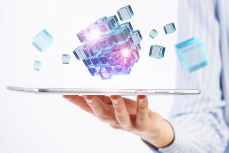Zakenman die tablet en kubus als symbool van het oplossen van problemen