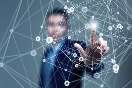 Tocar la mano de negocios con los dedos las líneas de conexión digitales en la pantalla virtual Foto de archivo